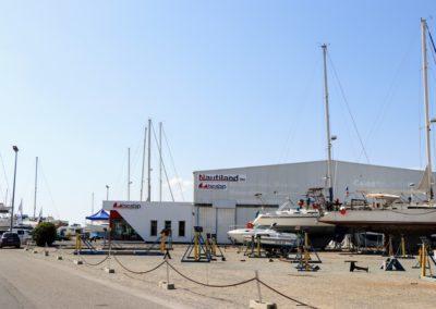 Magasin Nautiland et stationnement bateau